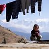 Mädchen vor Himalaya (zeh.hah.es.) Tags: nepal berg berge mountain mountains himalaya himalaja mädchen girl kind child wäsche laundry schnee snow himmel sky