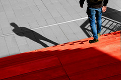 Al centro commerciale (meghimeg) Tags: 2018 vadoligure centrocommerciale uomo man scala stair rosso red rot ombra shadow sole sun