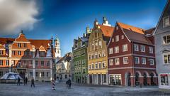 Festival de couleurs ! (Fred&rique) Tags: lumixfz1000 photoshop raw hdr memmingen allemagne architecture façades couleurs place ville urbain pavés