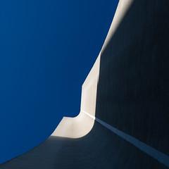 Le Jour où la Terre s'arrêta / The Day the Earth Stood Still (fidgi) Tags: paris architecture graphic lines lignes courbes curves ombre shadow light lumière square carré ciel sky blue bleu canon canoneos5dmk3 tamron minimalisme