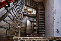 ein Treppenhaus in der Kent School - HDR (gabrieleskwar) Tags: hdr kent school treppen treppenhaus fenster stufen geländer schatten licht verfall wand farbe formen nrwgermany