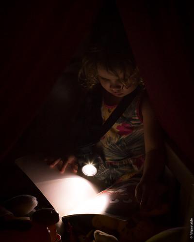 Uma história, uma lanterna e um cobertor podem se transformar através do mundo mágico da imaginação