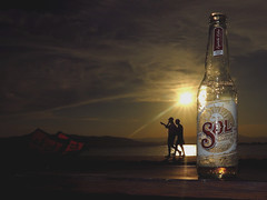 Comienza la temporada de la cerveza. (angelalonso57) Tags: contraluz canon naturalmente explore nature sky cerveza paseo street calle explorar ciel 125625mm sol star natura ƒ160125mm12000100flashencendido disparó playa sea powershot g1 x mark ii ƒ160 125 mm 12000 100 wateraguaseamar paisajes sun sunset people