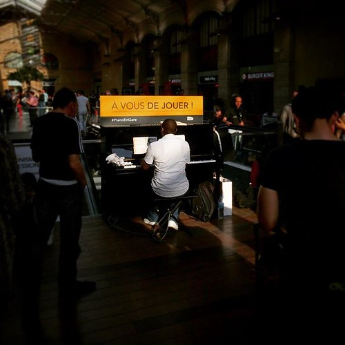 Le piano des gares, lieu rêvé des prosélytes donnant de la voix #paris #saintlazare #rouenparisrouen #tw