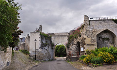 Porte de Soissons (DameBoudicca) Tags: france frankreich frankrike francia フランス coucylechâteauauffrique coucy coucylechâteau medeltiden middleages medioevo medieval edadmedia moyenâge mittelalter 中世 gate port porte tor towngate 門 もん stadttor puerta portedeville portacittadina porta 城門 じょうもん fortification befestigung befästning fortificación fortificazione 築城 ちくじょう