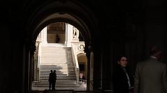 Un attimo a Venezia (#mimesi) Tags: scale donna uomo lavoro affari palazzo storia città sole ombre luce venezia fujix