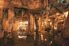 À l'intérieur de la grotte de Neptune, au Capo Caccia (Voyages Lambert) Tags: alghero sassari travel grottocave neptunedeity sardinia nature italy europe rockobject stalagmite stalactite cave landscape mediterraneansea pond lake water capocaccia neptunesgrotto