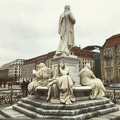 Isso é tristeza ou tédio? Olha o desânimo dessa estátua... 😔 (jpcamolez) Tags: isso é tristeza ou tédio olha o desânimo dessa estátua 😔