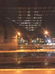 Gleis 7 am Kölner Hbf (Casey Hugelfink) Tags: köln cologne nrw kölnhbf hauptbahnhof centralstation kölnerdom dom cathedral landmark roof dach gleis track platform night nacht lights illumination beleuchtung cleaner reinigung