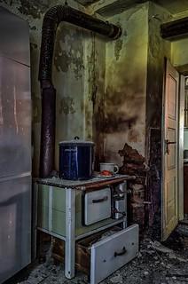 abandoned kitchen stove - explored 04/01/2018