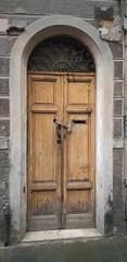 Vecchio portone con catena (Aellevì) Tags: lucchetto buco legno chiuso