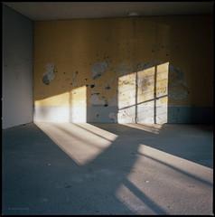 Lichtfenster (Konrad Winkler) Tags: berlin garage verfall licht schatten fenster kodakportra160 hasselblad503cx langzeitbelichtung mittelformat 6x6 epsonv800