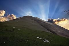 Senza Titolo. (Enzo Ghignoni) Tags: monti cielo nuvole prati erba sole neve