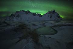 Stockness II (GorkaZarate) Tags: stockness islandia iceland vestrahorn aurora boreal montaña cielo mar roca océano puesta de sol nieve verde green nothern lights lago lake