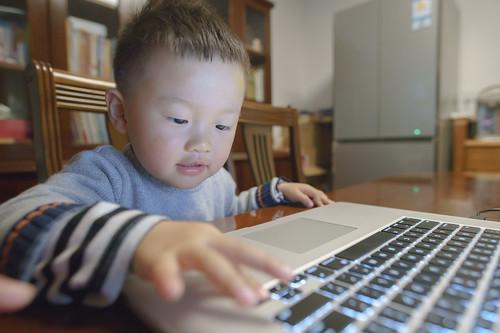 嘟嘟玩笔记本 Playing MacBook Pro