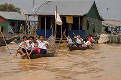 En bateau pour l'école (gaetandalle) Tags: ecole tonle tonlesap cambodge cambodia battanbang etudiant student lac lake bateau pirogue enfants