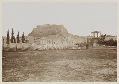 Θέα από το Ολυμπιείο προς την Ακρόπολη, 1901. (Giannis Giannakitsas) Tags: athens athen athenes greece grece griechenland ολυμπιειο 1901 πυλη αδριανου