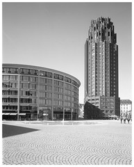 Walther-von-Cronberg-Platz (Christoph Schrief) Tags: frankfurtammain walthervoncronbergplatz intrepid4x5ii schneiderkreuznachsuperangulon890 ilfordfp4 rodinal 20° 150 12min epsonperfection750 silverfast 4x5 largeformat grossformat selfdeveloped film analog bw sw