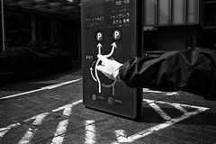 Japan 2018 (SimonSawSunlight) Tags: blackandwhite analogue film m rangefinder street documentary photography streetphotography hand gesture pointers arrows abstract simplicity japan tokyo tokyostation trix leica leicam2 kodak 400 iso400 35mm colorskopar