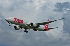 TAM Boeing 777-300ER | PT-MUA (Triple7 fan) Tags: tam airplane vliegtuig heathrow air airport aviation boeing 777 triple7 ptmua