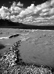 Entre gris clair et gris foncé... (Sabine-Barras) Tags: suisse switzerland water eau lake lac clouds nuages sky ciel monochrome blackandwhite bnw bw paysage landscape
