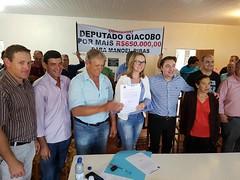 Assinatura da ordem de serviço para execução de obras de calçamento na cidade de Manoel Ribas (PR).