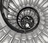 #inspiracionBdF55 Geometría y fantasmas (emivillalbagarcía) Tags: inspiracionbdf55 escaleras architecture arquitectura acero geometria paris arcodetriunfo blackwhite