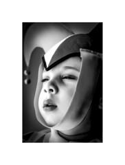 Déguisement carnavalesque (thierrybalint) Tags: déguisement carnavalesque carnaval enfant école jonathan nikoniste argentique bw nb disguise carnival child school maquillage garçon makeup boy jester clown amuseur entertaining artistique art artistic hat amour love