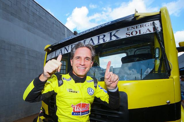 Felipe Giaffone comemorando a pole em Cascavel - Foto: Vanderley Soares/Copa Truck