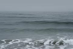 Réminiscence (Mylene Gauthier) Tags: 2018 atlantique bleu brume ciel eau gouttedeau hamptonbeach mars mylenegauthier newhampshire nikond7100 océan paletteprintanière paysagemonochrome plage plandeau pluie printemps stationbalnéairedelavilledehampton vert étatsunis