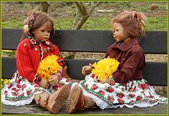 Milina und Anne-Moni ... (Kindergartenkinder) Tags: grugapark essen gruga kindergartenkinder annette himstedt dolls milina annemoni osterglocken nartissen