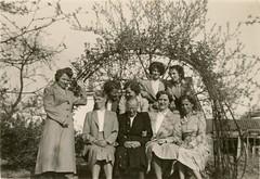 Renkum Onder de Bomen 4 met kippenhok Hendrina Peelen v d Berg met dochters en schoondochters ca 1955 Collectie Geep Peelen (Historisch Genootschap Redichem) Tags: renkum onder de bomen 4 met kippenhok hendrina peelen v d berg dochters en schoondochters ca 1955 collectie geep
