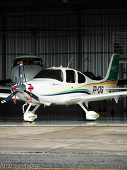 Cirrus SR22S, PP-CIG (Antônio A. Huergo de Carvalho) Tags: cirrus cirrussr22 sr22 sr22s ppcig aviation aircraft airplane aviação avião aviaçãogeral hangar dark light contrast