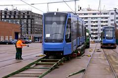 Während Zweiteiler 2701 noch warten muss, wird Dreiteiler 2751 auf die Schienen gerollt (Frederik Buchleitner) Tags: 2701 2751 anlieferung avenio betriebshof betriebshof2 mvg munich münchen schwertransport siemens strasenbahn streetcar twagen t2 t3 tram trambahn