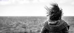 Mirando el mar soñè. Corralejo, Fuerteventura, enero 2013. (Jazz Sandoval) Tags: 2013 elfumador españa exterior enlacalle blancoynegro blanco bn bw black blackandwhite contraste canarias calle curiosidad curiosity contraluz cielo chica contrast conceptualportrait digital day dìa dirección fotografíadecalle fotodecalle fotografíacallejera fotosdecalle fuerteventura gente human humanfamily white islascanarias ilustración intriga jazzsandoval mujer sky luz light litoral monocromática monócromo mar marina mirada misterio negro nero noiretblanc people portrait personaje robados robado streetphotography streetphoto sombras sola una sea unica viento woman water