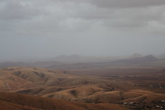 over the hills (Rasande Tyskar) Tags: fuerteventura islascanarias canaryislands kanaren kanarischeinseln nature natur hills dust dunst berge hügel