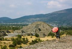 Teotihuacàn (dominiquita52) Tags: mexique teotihuacàn parapluie umbrella selfie pyramide