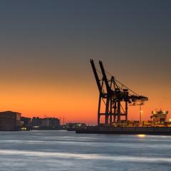 Morgens am Fluß (spityHH) Tags: sunrise elbe harbour hafen containerbrücken containerhafen dämmerung flus lake sony alpha a7ii sel24105g