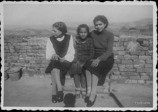 Ascoli com'era: Cossignano, una posa per giovani ragazze sul balcone dei Malavolta (1938)