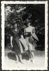 """Archiv Thür149 """"Geschwister Jakob"""", 1930er (Hans-Michael Tappen) Tags: archivhansmichaeltappen jungedamen geschwister hut hüte damenhut handschuhe gloves kleider fashion mode damenmantel schuhe damenschuhe handtasche handbag 1930s 1930er mantel outdoor fotorahmen"""