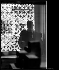 strange fusion (magicoda) Tags: italia italy magicoda foto fotografia venezia venice veneto biancoenero blackandwhite bw bn persone people blackwhitephotos maggidavide davidemaggi voyeur white curioso see vedere candid noupskirt streetphotografy street turiste turista tourist turisti tourists nowoman vpl seethru nero black nobarefoot controluce backlight 2018 nowife nodonna dsrl reflex nikon d750 museo guggenheim strange fusion shadow ombra