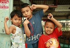 boys and their hand signals (the foreign photographer - ฝรั่งถ่) Tags: three boys children hand signals khlong thanon portraits bangkhen bangkok thailand canon
