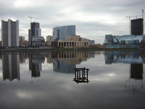 Вид на городской пруд с отражениями ©  ayampolsky