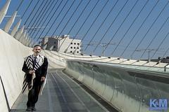 Israel: Street Scenes (anat kroon) Tags: israel yerushalayim jerusalem יְרוּשָׁלַיִם jeruzalem middleeast streetphotography urban documentaire documentary wwwkroonenvanmaanennl anatkroon kroonenvanmaanenfotografie chordsbridge calatrava shabbat snarenbrug