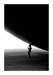 l'heure du goûter (Marie Hacene) Tags: monumenta noiretblanc anishkapoor enfant exposition grandpalais paris