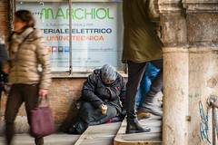 L'altra faccia di Venezia (boscoloaaron1) Tags: italia italy venezia veneto street photography strada fotografia citta city gente persone people centro center vitaquotidiana ordinarylife life vita allaperto nikon tamron tamron18200 18200