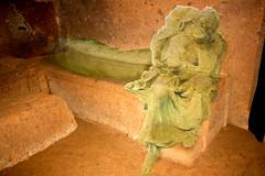 Cerverteri, Italien (sylvia-münchen) Tags: romromaitalien italywlochyeuropaeurope rom roma italy italien kultur art kunst grab grabkunst totenwache rekonstruktion etrusker tod etruskisch grabkammer raum kammer hochkultur europe europa