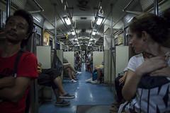 De vuelta a Bangkok en tren. Mirada hacia atrás. (www.rojoverdeyazul.es) Tags: tren train interior ayutthaya bangkok pasajeros passengers gente people asientos seats autor álvaro bueno thailand tailandia chica girl mujer woman