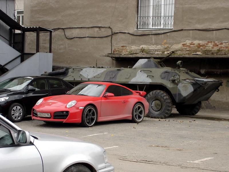 фото: Porsche 911 и бронетранспортёр БТР-80