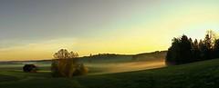 Sonnenstrahlen lassen den Nebel erleuchten. (Tauras Caio) Tags: sonnenaugang nebel dunst scheune panorama sonnenaufgang morgenstunde
